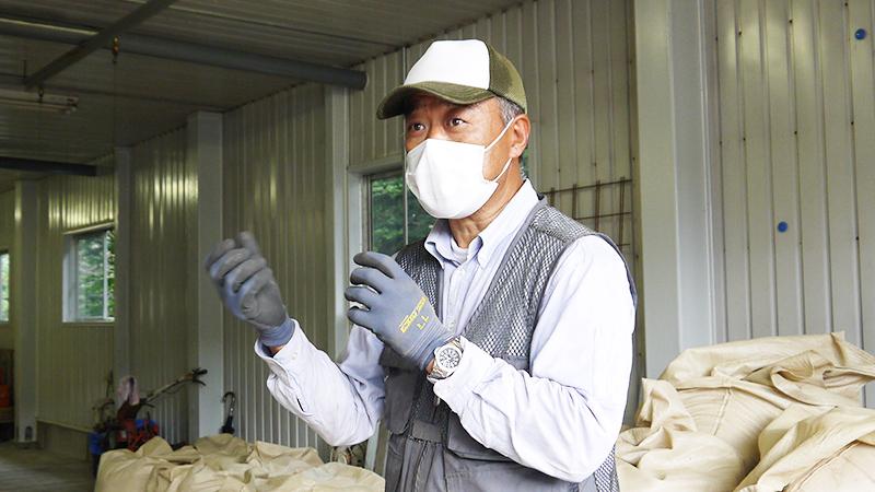 高品質霊芝栽培のため無駄なく繊細に作業をする湯本さん。