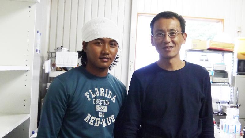 研修生テパムーさんとミャンマー農場主の岩崎さん。