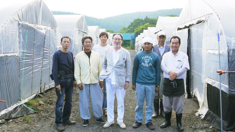 霊芝栽培ハウス前にて干川農場主と国内外栽培チーム